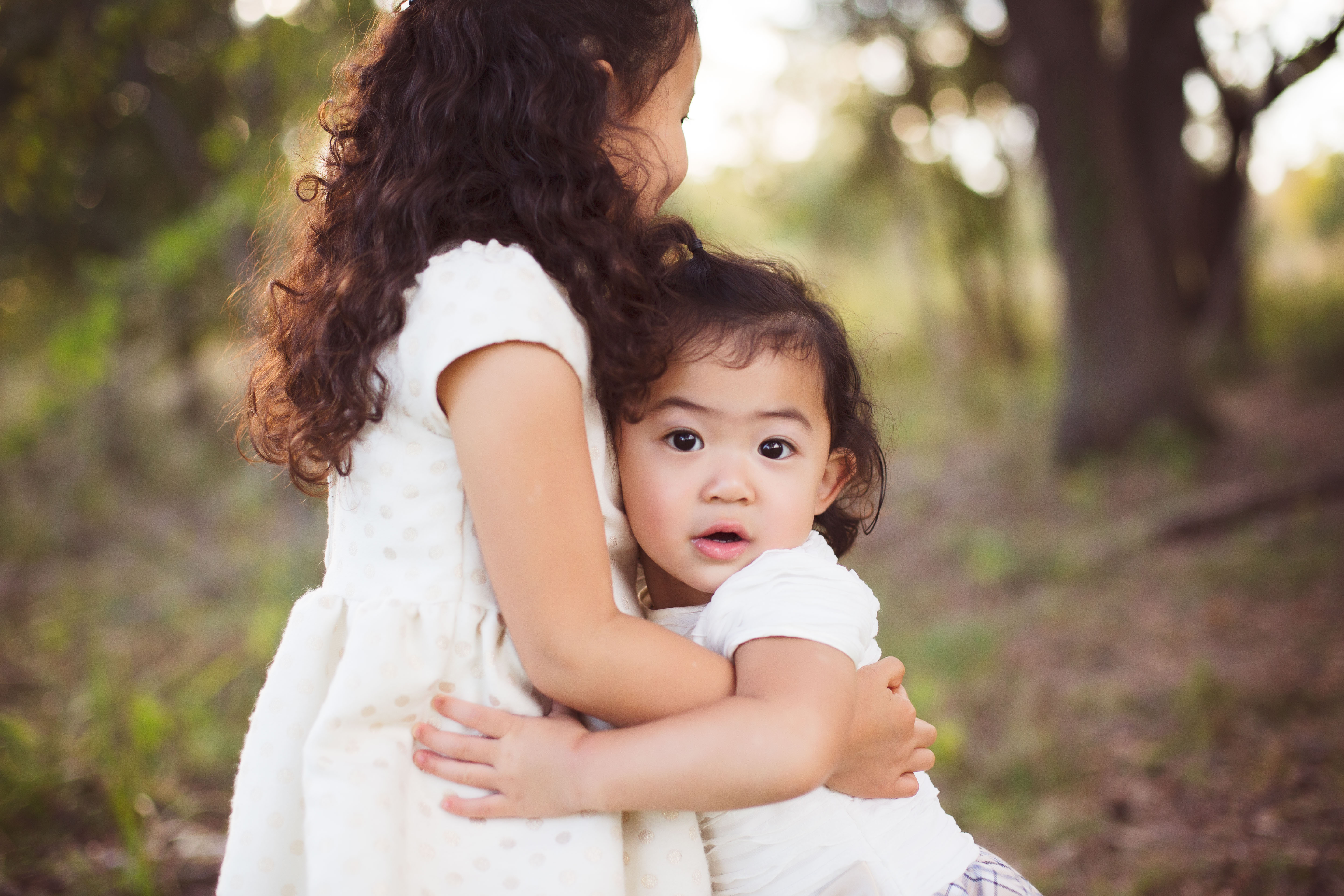 Neutral sibling outfits for family photos